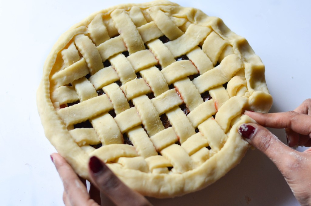 How to make a Lattice Pie Crust - Here is the easiest way to make a traditional and buttery lattice pie to welcome this winter festive season.